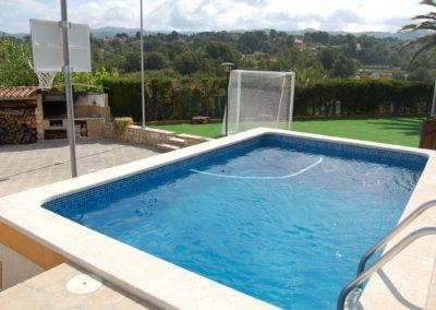 Construcció de piscina i escales de fàcil acces