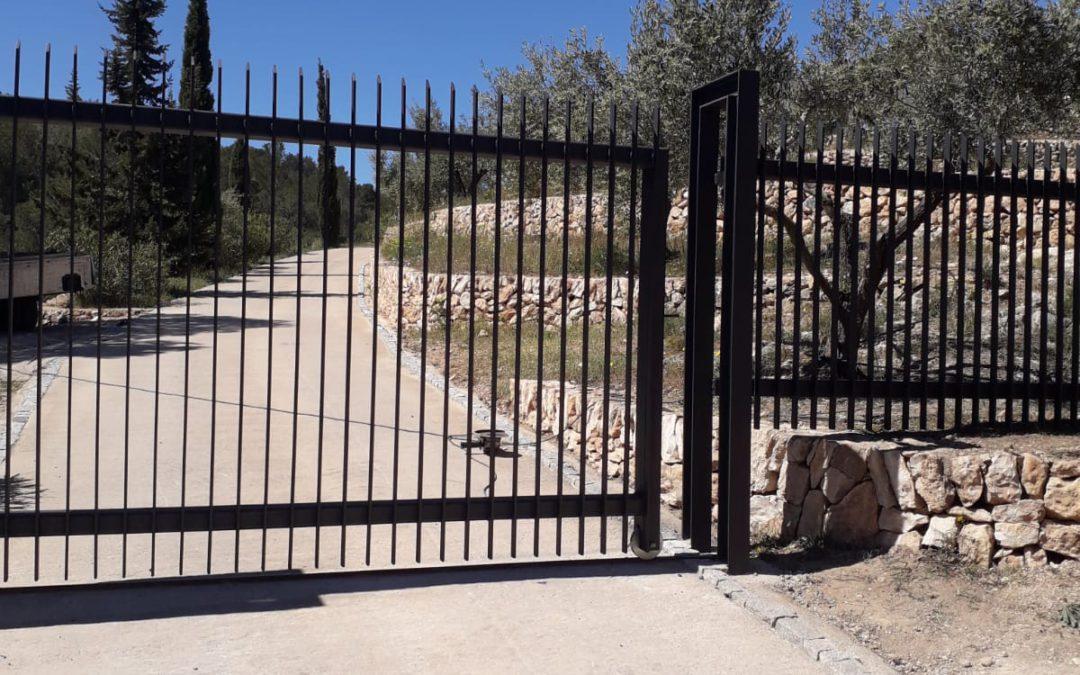 Puerta corredera y vallado exterior